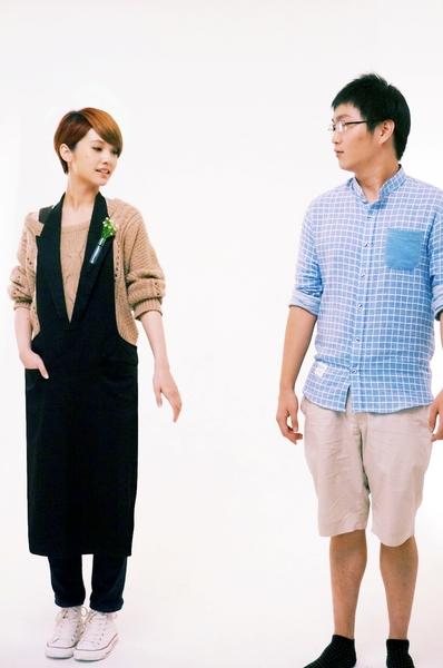 导演李思源(右)一看到摄影镜头就浑身不自在,僵硬的表情让杨丞琳频笑场。(香港甲上提供)
