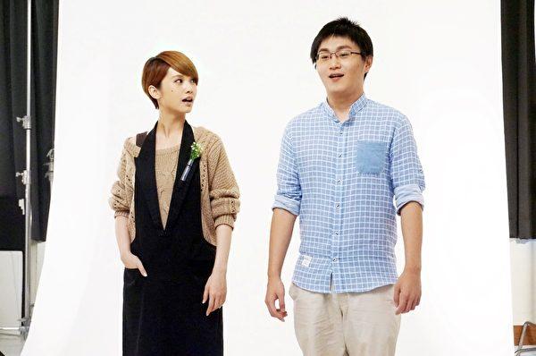 导演李思源(右)当宥胜替身和杨丞琳合拍海报。(香港甲上提供)
