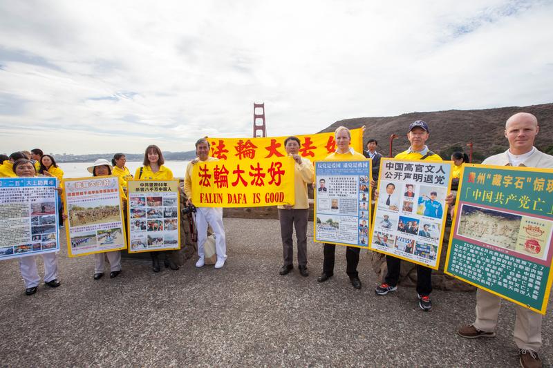 幾名法輪功學員在三藩市金門大橋旁展示真相看板。(李歐/大紀元)