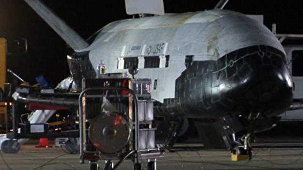 一架執行絕密任務的美國太空飛機X-37B在結束兩年航程後返回加州的範登堡空軍基地。(AFP)