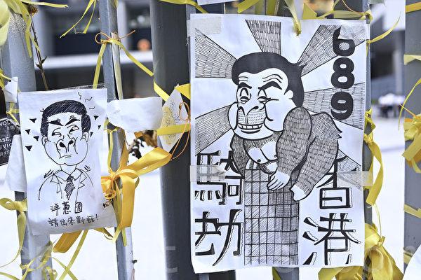 在金鐘的佔領現場市民用各種標語,漫畫表達對梁振英的不滿,圖為梁振英一直不願和學生談判。(余鋼/大纪元)