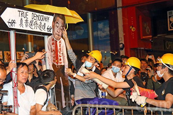10月18日晚上,大批市民继续聚集在旺角的雨伞运动占领区,午夜过后一度与警方爆发冲突,示威者高呼梁振英下台。(潘在殊/大纪元)