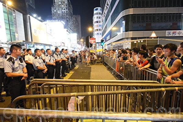 2014年10月19日晚,旺角市民及学生在与警察对峙期间,警方向前推进,市民担心警方冲击栏杆,向前护住铁马,几近冲突的千钧一发之际,议员张超雄及毛孟静站在双方之间,呼吁大家冷静。最后市民向后退约半米到一米,警方也停止向前推进。(大纪元)