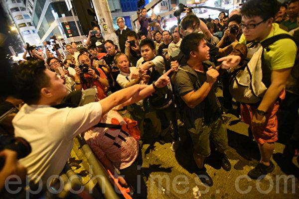2014年10月19日晚,旺角市民及学生在与警察对峙期间,警方向前推进,市民担心警方冲击栏杆,向前护住铁马,几近冲突的千钧一发之际,议员张超雄及毛孟静站在双方之间,呼吁大家冷静。最后市民向后退约半米到一米,警方也停止向前推进。警方控制一个挑衅者,以防双方发生冲突。。(大纪元)