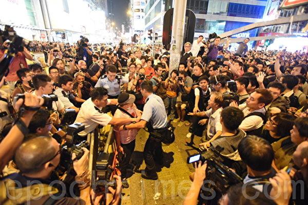 2014年10月19日晚,旺角市民及学生在与警察对峙期间,警方向前推进,市民担心警方冲击栏杆,向前护住铁马,几近冲突的千钧一发之际,议员张超雄及毛孟静站在双方之间,呼吁大家冷静。最后市民向后退约半米到一米,警方也停止向前推进。警方控制一个挑衅者,以防双方发生冲突。(大纪元)