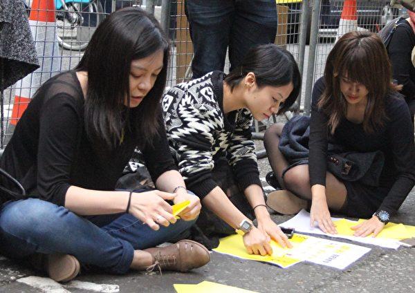 集會的人們在做小黃傘(李景行/大紀元)