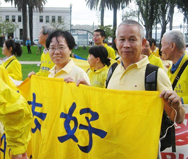前成功企業家李建輝先生與夫人在舊金山法輪功活動中。(明慧網)