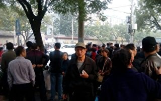 组图:四中全会首日  上万访民进京抗议