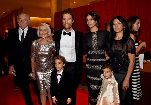 马修•麦康纳(中)与母亲(左二)、儿子李维(左三)、爱妻卡米拉(右三)、女儿维达(右二)等家人一同出席颁奖礼。(Alberto E. Rodriguez/Getty Images)