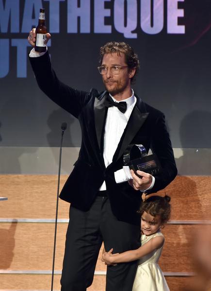 马修•麦康纳领奖时,女儿维达(右)紧抱爸爸的腿,萌态十足。(Kevin Winter/Getty Images)