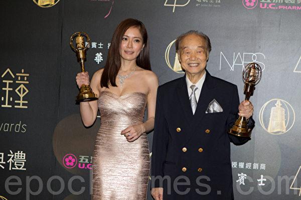 迷你剧集(电影电视)女主角奖由尹馨(左)与男主角奖王瑞(王锡瑞)获得。(许基东/大纪元)
