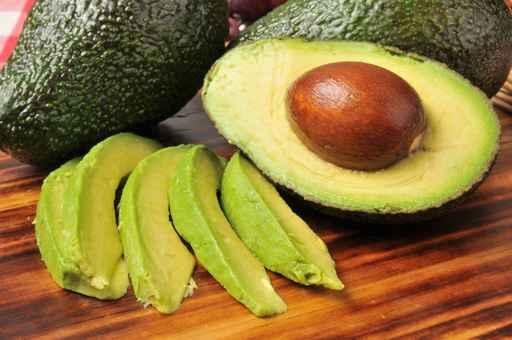 半個牛油果(又稱鱷梨)具有降低膽固醇和血脂,保護心血管和肝臟系統等重要生理功能。(fotolia)
