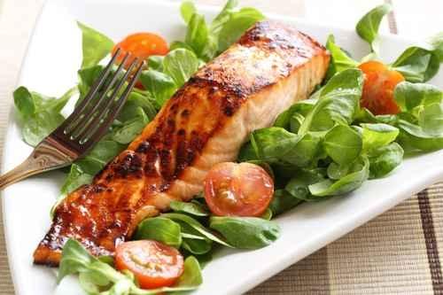 鮭魚可能是最知名富含脂肪的魚類之一,但鮪魚、鯖魚和沙丁魚也富含對心臟健康有益的脂肪。(fotolia)