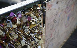 巴黎橋上賣情鎖  小販生意慘淡