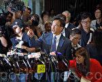 香港自由黨黨魁田北俊(中)因促梁振英辭職,於10月29日遭中共全國政協撤銷政協委員資格。隨即他表示願辭去黨魁一職後以個人身份為港人發聲。(潘在殊/大紀元)