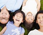 幸福的家庭,一起躺在草地上。(Fotolia)
