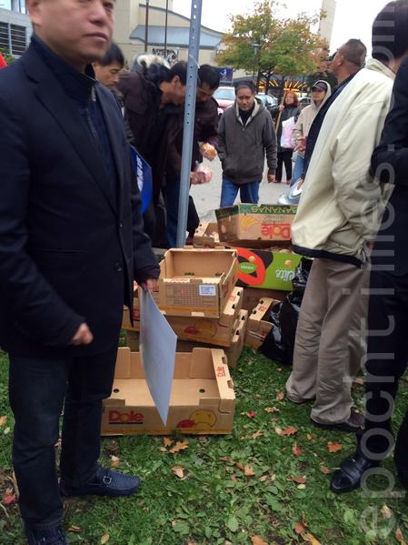 2018年10月29日,多倫多教育局大樓外,支持孔子學院的人在領取麵包。(滕冬育/大紀元)