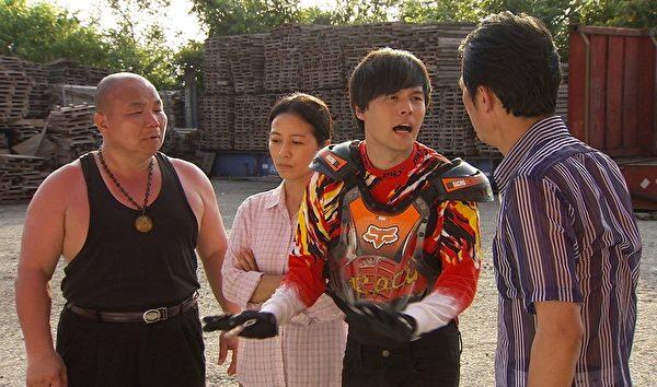 黄文星(右2)当车手赚钱贴补家用。(三立提供)