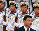 """从9月到11月份,中共军委主席习近平在军队中接连出台大动作,在整军的同时释放清洗江派的信号。11月6日,中共军报发表评论文章,力挺习近平在中共十八届四中全会上强调的""""依法治军、从严治军""""主张。(Feng Li/Getty Images)"""