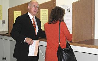 加州州长奥克兰登记投票 吁民众参与