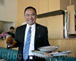 郭宗政回憶起曾經15年的餐館服務生生涯。(馬有志/大紀元)