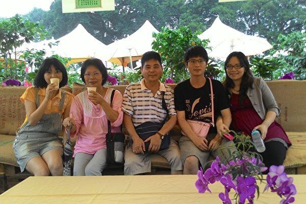 远从台中来的谢先生一家人,每年都来参加咖啡节。(廖素贞/大纪元)