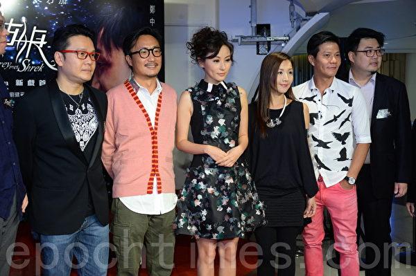 郑中基(左2)和刘心悠(左3)出席首映。(宋祥龙/大纪元)