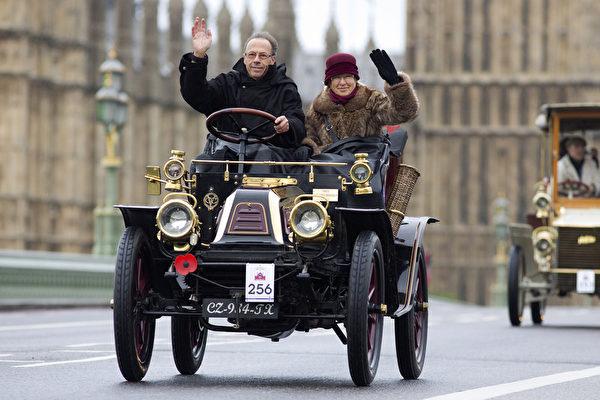 2014年11月2日,布莱顿老爷车赛展示独特的老爷车风采。(JUSTIN TALLIS/AFP)