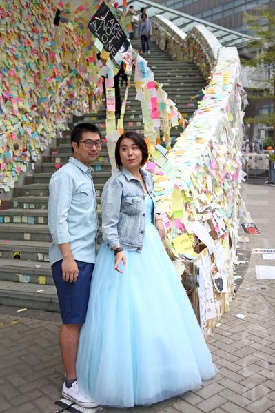 11月3日,香港雨傘運動進入第37天,金鐘的雨傘廣場除了帳篷林立外,香港人的創意也發揮的淋漓盡致,充分表達真普選的訴求。有新人特地到場拍結婚照。(潘在殊/大紀元)