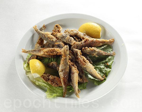 希臘空運而來的新鮮Gavro,干炸之後深受亞裔食客喜愛。(張學慧/大紀元)