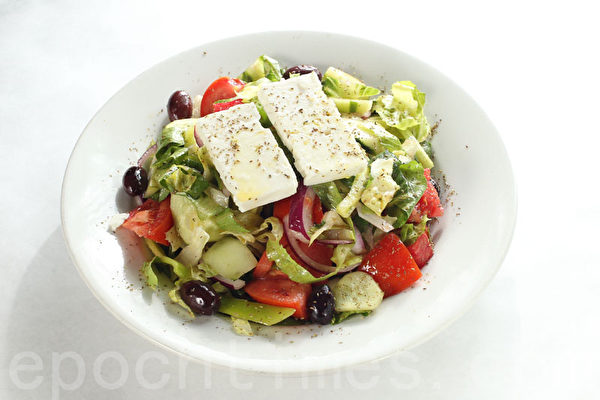 健康的沙拉配以最好的希臘芝士(Arahova teta)(張學慧/大紀元)