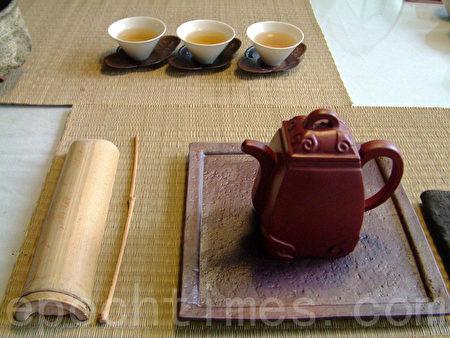 熱水倒入茶壺後,等待30秒至1分鐘,將第1泡茶倒掉,此步驟會大大降低農藥殘留。(白亞仕/大紀元)