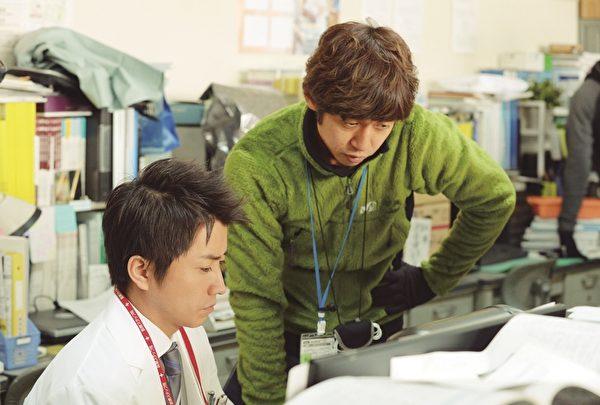 图为本片导演深川荣洋(右)与演员藤原龙也(左)。(采昌国际提供)