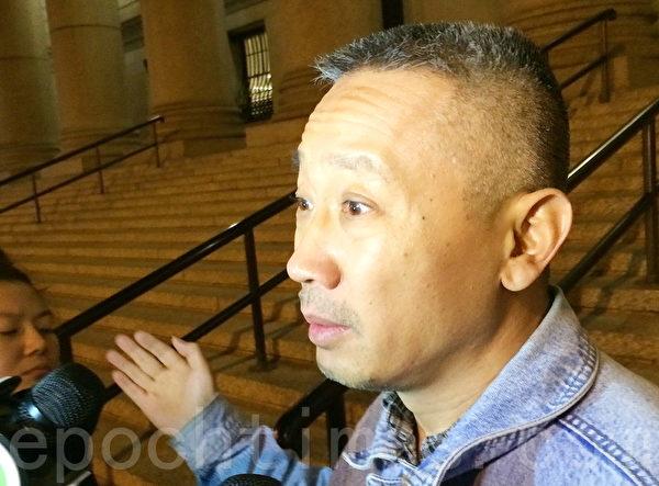 劉楓凌的丈夫苗裕昌判決後接受記者採訪。(杜國輝/大紀元)