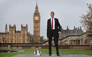 全球最高与最矮男子相见欢 身高差2米