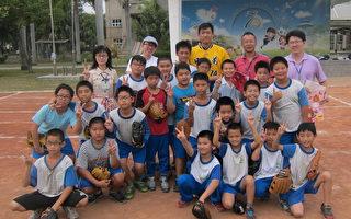 職棒新秀許基宏13日與五林棒球社的小球員合照。(五林國小提供)