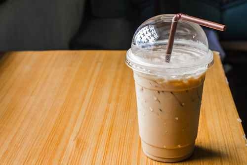 咖啡店那些花俏的混合饮料,一杯就含有400卡路里热量和15茶匙糖。(fotolia)