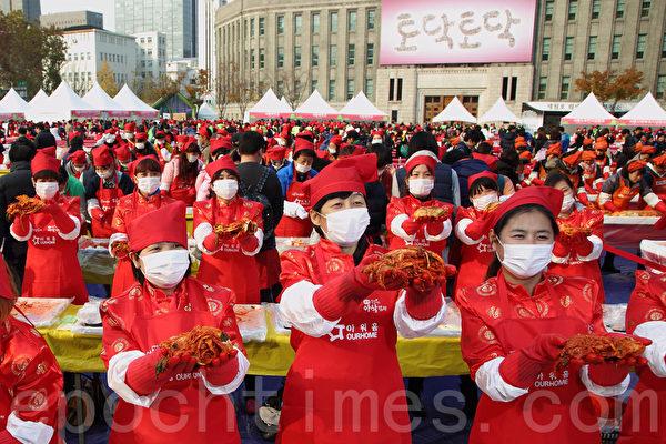 為期3天的「2014首爾泡菜文化節」於11月16日落下帷幕,這也是韓國歷屆規模最大的泡菜慶典。圖為中國人現場製作泡菜。(全宇/大紀元)