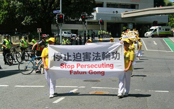 遊行過程中,許多警員到場保護法輪功學員。(明慧網)