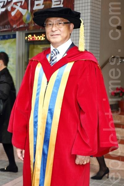 杜琪峯第二次获颁博士学位。(蔡雯文/大纪元)