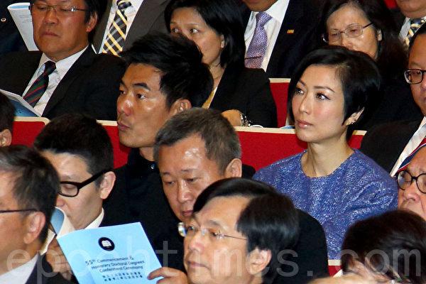 观众席上的任贤齐与郑秀文。(潘在殊/大纪元)