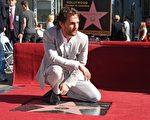 2014年11月17日,马修•麦康瑙希在好莱坞星光大道摘下第2534颗星。(ROBYN BECK/AFP/Getty Images)