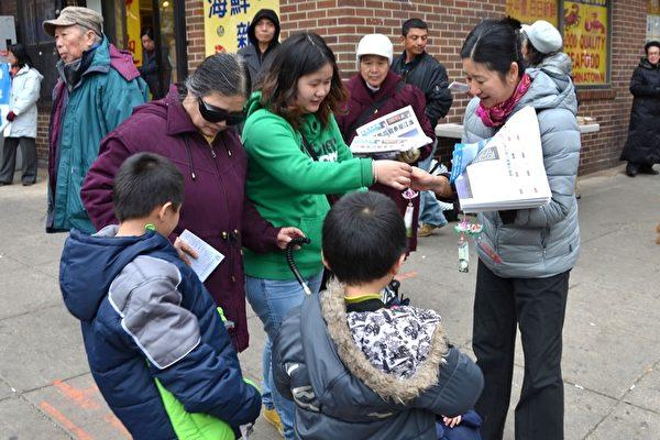 同意三退的華人很高興接受紙折蓮花和法輪功真相資料。(凌浩/大紀元)