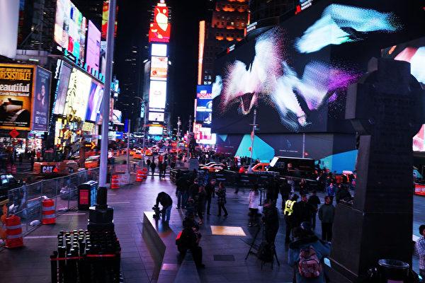 長度幾乎相當美式足球場的超大數位廣告螢幕,設在馬奎斯萬豪酒店前,位在第7大道和百老匯交會處。(Spencer Platt/Getty Images)