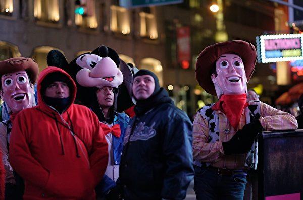 人們穿上各種卡通人物服裝,仰望2400萬畫素的超大數位廣告螢幕。(JEWEL SAMAD/AFP/Getty Images)