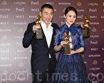 大陆演员陈建斌获得第51届金马影帝、最佳新导演及最佳男配角奖与老婆蒋勤勤开心合影。(许基东/大纪元)