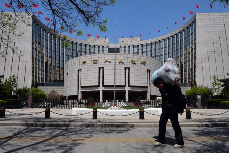到目前為止,貿易戰對中國經濟的衝擊遠大於美國,市場看空人民幣在所難免,即使中共央行(中國人民銀行)干預匯市,也很難扭轉市場的普遍預期。(MARK RALSTON/AFP/Getty Images)