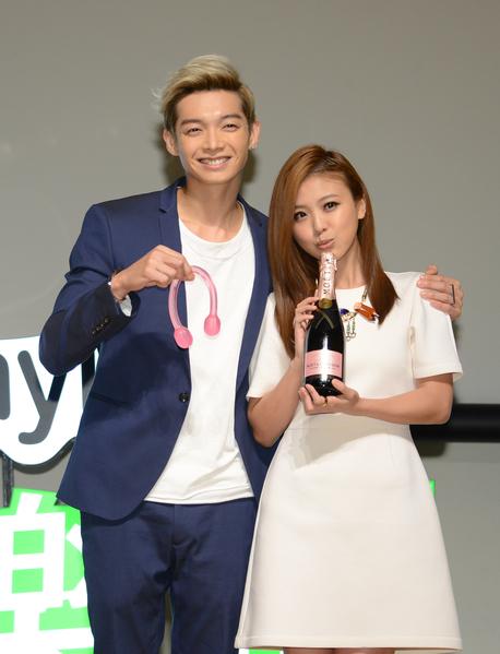 辰亦儒(左)带香槟跟弹力绳来为卓文萱(右)站台加油。(好朋友工作室提供)
