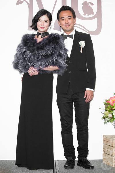 金钟影帝赵又廷和大陆女星高圆圆11月28日在台北举办婚礼,导演蔡岳勋(右)、妻子于小惠(左)出席祝贺。(陈柏州/大纪元)