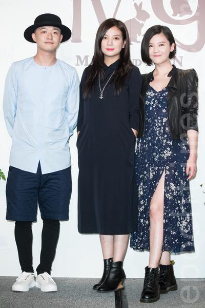 金钟影帝赵又廷和大陆女星高圆圆11月28日在台北举办婚礼,艺人包贝尔(左起)、赵薇、杨子珊出席祝贺。(陈柏州/大纪元)